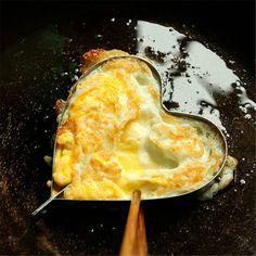 Ranná omeleta – slávne jedlo francúzskej kuchyne dobyl celý svet svojou jednoduchosťou. Ťažko uveriť, že jeho príbeh sa začal obyčajným vyšľahaním vajec a ich následná príprava na vymastenej panvici. Dnes už existuje nespočetné množstvo jej variácií, ale aj napriek tomu vždy získate nový pokrm. K miešaným vajíčkam sa pridáva všetko, dokonca aj čokoláda. Ak chcete, aby bola vaša omeleta dokonalá,