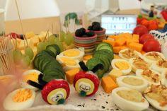 Kaese Gurkenraupe Buffet Raupe Nimmersatt Geburtstag Jules kleines Freudenhaus Buffet, Sushi, Food And Drink, Japanese, Ethnic Recipes, Birthday, Diy, Hungry Caterpillar Food, Hungry Caterpillar Party