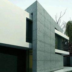 #moderno #diseño de #fachada en el que los volumenes se cruzan e interceptan con marcado contraste de #revestimientos de paredes Ve mas #ideas para #remodelar...