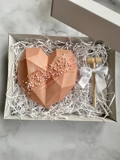 Pretty Birthday Cakes, Birthday Desserts, Cute Desserts, Pretty Cakes, Chocolate Pinata, Chocolate Ganache Cake, Homemade Chocolate Bars, Chocolate Gifts, Cake Pop Decorating