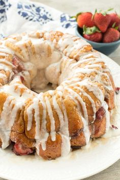 EASY Strawberry Monkey Bread with a sweet creamy glaze - this simple brunch recipe is classic monkey bread filled with fresh strawberries and a sweet glaze on top. We all loved it! Easy Brunch Recipes, Breakfast Recipes, Dessert Recipes, Brunch Ideas, Breakfast Items, Easter Recipes, Sweet Recipes, Monkey Bread, Strawberry Recipes