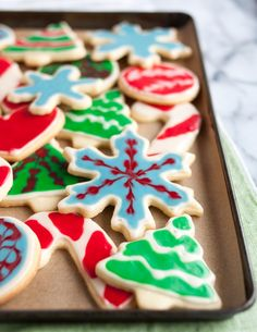 Want to show off cute holiday cookies (or any occasion baked goods)? This is the SIMPLEST HOW-TO for decorating your Christmas sweets and icing sugar cookies with clean lines and seasonal designs. Break out the cookie cutters and icing for this cookie swap prep.
