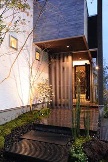 平屋モデルハウス~格子戸をくぐり、玄関アプローチへ 光の森とーくらんど