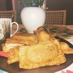 """Ti Készítettétek Recept (A recept készítője: Tankó Georgina) Gluténmentes """"Mekis"""" almás pite Tészta (a Szafi Free fánk recept alapján:RECEPT ITT!): 160 g meleg víz (nem forró, de a langyosnál melegebb) 5 g almaecet, vagy frissen facsart citromlé(almaecet ITT!) 12 g Szafi Refo Pancakes, Bread, Breakfast, Food, Morning Coffee, Brot, Essen, Pancake, Baking"""