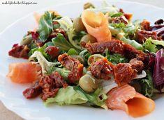 Sałatka z wędzonym łososiem i suszonymi pomidorami