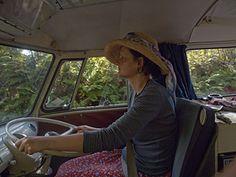 Frau am Steuer, ungeheuer entspannt: Autorin Catrin Barnsteiner folgt Neuseelands Straßenverlauf wie jemandem, dem sie vertraut