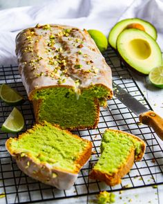 Avocado-Kuchen mit Limettenguss und Pistazien - Backen - Avocado-Kuchen mit Limettenguss und Pistazien Avocado cake with icing of lime and pistachios Oven Baked French Toast, Baked French Toast Casserole, French Toast Rolls, Cinnamon French Toast, French Toast Bake, Blueberry French Toast, Avocado Dessert, Avocado Cake, Avocado Toast