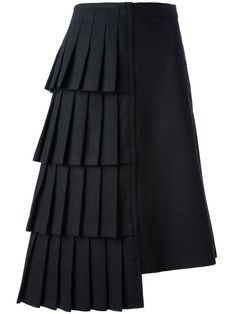 Shop Comme Des Garçons Vintage asymmetric skirt in House of Liza from the world… Kaufen Sie bei Comme Des Garçons Vintage Asymmetric Rock in House [. Moda Peru, Skirt Fashion, Fashion Outfits, Black Pleated Skirt, Mid Length Skirts, Fashion Details, Fashion Design, Style Fashion, Asymmetrical Skirt
