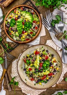 Super easy to make, this flavorful Tex-Mex Rice Salad is a wholesome twist and packed with nourishing plant powerhouse goodness. Healthy Salad Recipes, Lunch Recipes, Meat Recipes, Whole Food Recipes, Meat Meals, Rice Salad, Salad Bar, Vegan Party Food, Salad Ingredients
