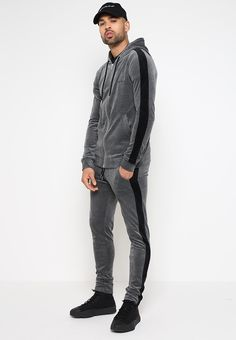 Mens Fashion – Designer Fashion Tips Festival Looks, Sport Fashion, Mens Fashion, Track Suit Men, Merian, Tracksuit Bottoms, Mens Activewear, Men Clothes, Winter Clothes