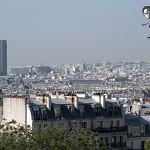 Tour Montparnasse dans le flou de l'air parisien pollué.