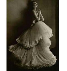 """Christian Dior Vintage, 1950, Phillippe Pottier Estilista francês Christian Dior dominou alta-costura na década de 1940 e 1950 atrasado com seus vestidos de """"New Look"""", que mostra uma forma de ampulheta com uma pequena cintura e saias fluindo longas que deflagrou a partir da cintura. Dior é citado como dizendo """"Eu projetei mulheres de flores."""" Obs de JURicardo: repito esse vestido várias vezes pois acho maravilhoso...."""