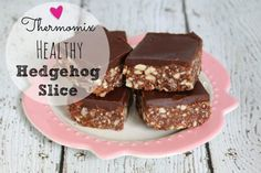 This thermomix healthy hedgehog slice is one of my FAVOURITES. Super easy to whip up (no bake) and it& pretty close to being guilt free in my books :) Healthy Slice, Healthy Mummy, Healthy Sweet Treats, Healthy Baking, Healthy Foods, Healthy Recipes, Chef Recipes, Raw Desserts, Delicious Desserts