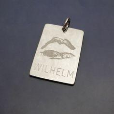 Pussavtryck graverat på silverbricka. www.alskadebarn.se  #puss #kyss #avtryck #gravyr #personligasmycken #påbeställning