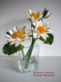лилии в вазе с  водой
