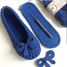 Can somebody please come up with the pattern – SkillOfKing. Easy Crochet Slippers, Crochet Slipper Pattern, Crochet Sandals, Crochet Socks, Crochet Motif, Crochet Clothes, Knitted Hats, Crochet Cord, Crochet Slippers