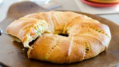 Chicken Pot Pie Crescent Ring---app or meal.Find your meat, bread and veggies all in one in this tasty crescent ring that your family will love. Easy Dinner Recipes, Easy Meals, Quick Recipes, Healthy Recipes, Crescent Roll Recipes, Crescent Rolls, Taco Crescent Ring, Chicken Crescent Ring, Pan Relleno