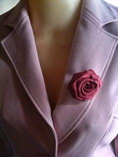 Broche ou presilha flor de cetim na cor bordô (vinho).  Confeccionamos em outras cores. R$ 22,00