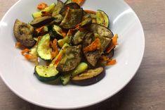 Zeleninový salát s vejcem a hořčičným dresinkem   Dietní recepty Sprouts, Zucchini, Low Carb, Menu, Vegetables, Food, Menu Board Design, Essen, Vegetable Recipes