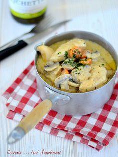 Je déclare la saison des petits plats mijotés ouverte ... Ingrédients ( pour 4 personnes ) 800g de blanc de Poulet 4 carottes 1oignon 2 gousses d'ail 500ml de bouillon de volaille une dizaine de champignons moyens 40g de farine 15cl de vin blanc 2 jaunes...