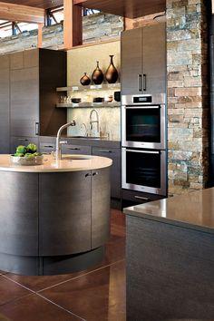 Donkere keuken met stenen werkblad.