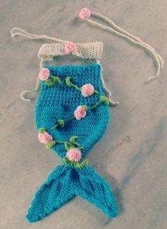 Sereia confeccionado em crochê em fio próprio para bebê.  detalhes = flores em crochê  tamanhos - RN, 1 a 3 / 3 a 6 meses  cor - azul e creme com rosinhas rosa
