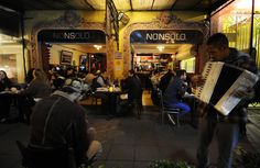 NONSOLO Alvaro Obregon - Customers enjoying street performance./Nonsolo Alvaro Obregon - Los clientes disfrutan de funcionamiento de la calle. Foto: Massimo Perna.
