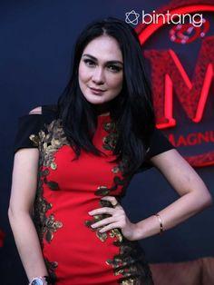 Soal fashion selera Luna Maya tidak diragukan lagi. Sebagai seorang model yang sering tampil di layar kaca, Luna selalu menjaga penampilan dirinya.  Jika dibandingkan dengan desain luar negri. Perempuan yang lahir pada 26 Agustus 1983 itu pun lebih menyukai desain-desain yang berasal dari negri sendiri. #LunaMaya #Entertainer #Fashion #Bintang #Indonesia