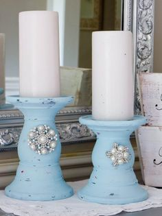 This is my thrift store candlestick makeover tutorial. I took a pair of ugly thrift store candlesticks and transformed them into beautiful chalk painted candlesticks with jewelry added to it. Shabby Chic Veranda, Shabby Chic Porch, Shabby Chic Decor, Shabby Chic Colors, Shabby Chic Style, Diy Bedroom Decor, Diy Home Decor, Thrifty Decor, Painted Candlesticks