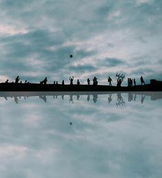 """Foto tomada por Brandon Corrales en Cartagena de Indias.   """"(...)Mi fotografía muestra esas personas que caminan por sus sueños, gente con un objetivo trazado, y lo más importante, y por consiguiente el futuro de una nación, LOS NIÑOS, que vienen siendo para mi el mayor motivo de felicidad y de inocencia, por esta razón decidí llenarlos de alegría haciendo lo que más les gusta, jugar con una pelota(...)"""" Brandon Corrales"""