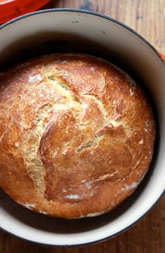 Interested in baking delicious homemade bread? Try Jim Lahey's classic no-knead artisan bread. It's the perfect recipe for beginners! Artisan Bread Recipes, Dutch Oven Recipes, Cooking Recipes, Dutch Oven Bread, Dutch Ovens, No Knead Bread, Sourdough Bread, Incredible Recipes, Recipes For Beginners