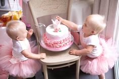 Easy Smash Cake Recipe for Your Child's First Birthday Are you thinking of the perfect cake for your baby's first birthday? Read here and know of a smash cake recipe that is pefect for the occasion. Latest Birthday Cake, 1st Birthday Cake For Girls, Sister Birthday, Homade Cake Recipe, Smash Cake Recipes, Cake Stock, Cake Pops How To Make, Cake Smash Photos, Birthday Cakes