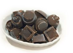 Raw Vegan Dark Chocolate - Suddenly Raw I would substitute coconut nectar or maple syrup for the agave Vegan Dark Chocolate, Dessert Recipes, Desserts, Raw Vegan, Maple Syrup, Suddenly, Sweet Treats, Coconut, Candy