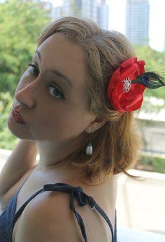 Flor de Cetim Vermelha Pavão http://www.elo7.com.br/flor-de-cetim-vermelha-pavao/dp/4B41EF