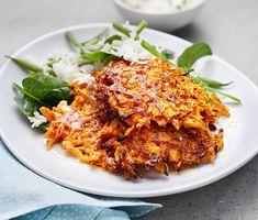 Morotsplättar med dragonyoghurt | Recept ICA.se Raw Food Recipes, Veggie Recipes, Vegetarian Recipes, Cooking Recipes, Healthy Recipes, Veggie Food, Veg Dishes, Vegetable Dishes, Good Food