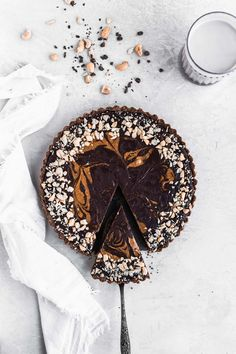 Dark Chocolate Cashew Butter Tart The Fit Peach - Real Time - Diet, Exercise, Fitness, Finance You for Healthy articles ideas Chocolate Pies, Gluten Free Chocolate, Dark Chocolate Chips, Melting Chocolate, Chocolate Butter, Vegan Sweets, Vegan Desserts, Just Desserts, Delicious Desserts