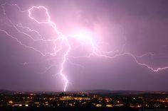 Bereits in der Nacht zu Samstag kann dieser Blitz östlich von München eingefangen werden. Sintflutartige Regenfälle und Hagel in Strömen haben von Baden-Württemberg über Bayern bis nach Sachsen am Sonntag für Chaos gesorgt. Besonders betroffen war Ilmenau in Thüringen, wo riesige Hagelmassen zusammengeschwemmt werden. Bild: Bernd März / Sonntag, 29.05.2016