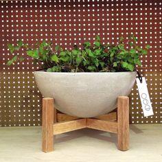 Produzido artesanalmente em concreto com aplicação de uma fina camada de verniz. Suporte em madeira cedrinho, em formato de cruz com traves e pilares. Pode ser usado como vaso ou fruteira. Não plantar diretamente no vaso. Usar vasinhos de plástico. Dimensões: Vaso Concreto: 21,5cm de d... Concrete Cement, Concrete Crafts, Concrete Projects, Concrete Design, Concrete Planters, Concrete Jungle, Vases Decor, Plant Decor, Garden Projects