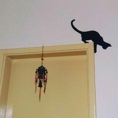 Silhueta de gato, feita com papel contact. Imprimi o molde no tamanho adequado para o lugar escolhido, recortei e contornei no contact preto opaco. Depois só  recortar.❤ Amei