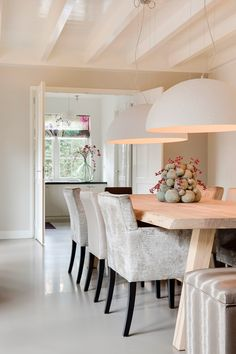 "THis table. Foto: Denise Keus - ""Stijlvol Wonen"" ‐ © Sanoma Regional Belgium N. Style At Home, Home Interior Design, Interior Decorating, Modern Interior, Dinner Room, Mid Century Modern Living Room, Dining Room Design, Interiores Design, Home Furniture"