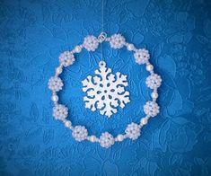 DIY: Jak vyrobit vánoční ozdobu z korálků - přívěsek v kroužku :: Zdobenicko Crochet Earrings, Jewelry, Bijoux, Jewlery, Jewels, Jewelery, Jewerly, Fine Jewelry, Jewel