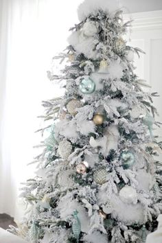 Depending on how you decorate it, the white Christmas tree can be modern, traditional, rustic, or zen, via @saarahsarna.