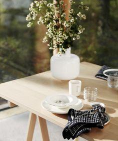 Oiva 10 vuotta | Marimekon astiamalliston sydän ja moderni klassikko - Marimekko.com Marimekko, Serveware, Tableware, Essential Elements, Dining Table, Dining Room, Interior Decorating, Table Settings, Table Decorations