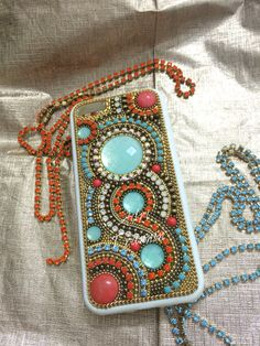 Case celular customizada com strass e pedraria na cor turquesa e coral by @adritrannin