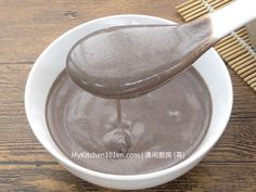 Sesame sweet soup is a classic Chinese dessert which is normally served hot. It doesn't really take much time to prepare this popular dessert, and the process is fairly simple. In traditional… Asian Desserts, Sweet Desserts, Just Desserts, Dessert Recipes, Chinese Deserts, Chinese Food, Pandan Layer Cake, Chinese Moon Cake, Peach Cheesecake