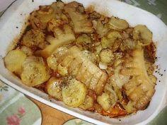 Betyárkrumpli recept Hozzávalók: 2 kg krumpli fél kg kolbász fél kg szalonna ( bármilyen, ízlés dolga ) 3-4 fej vöröshagyma só bors chilipor zsír, a tepsi kikenéséhez Elkészítése: A krumplit meghámozzuk, felkarikázzuk, ízlés szerint sózzuk, állni hagyjuk, 3 – felé osztjuk. A kolbászt is felkarikázzuk, a szalonnát szeletekre vágjuk, és bevagdossuk. A hagymát karikákra szeljük.(...)