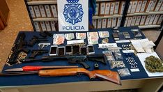 En este operativo contra el tráfico de drogas han resultado arrestadas cinco personas -tres mujeres y dos hombres- dedicadas a la distribución de heroína, cocaína y hachís en sus domicilios.