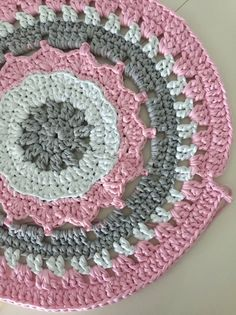 Pretty Carpet Pattern Step by Step - Mariatrapillo - carpes Crochet Mandala, Crochet Stitches Patterns, Thread Crochet, Crochet Motif, Crochet Doilies, Crochet Flowers, Crochet Round, Love Crochet, Crochet Baby