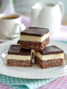 Nanaimo Bars — The Canadian Treat Canada is home to some seriously good treats. These Nanaimo squares from British Columbia are hard to resist!Canada is home to some seriously good treats. These Nanaimo squares from British Columbia are hard to resist! Yummy Treats, Delicious Desserts, Sweet Treats, Yummy Food, Canadian Cuisine, Canadian Food, Canadian Recipes, No Bake Desserts, Dessert Recipes