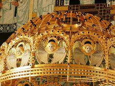 Wunderbare goldene Altarhaube mit Engelköpfen in der Otto-Wagner-Kirche am Steinhof in Wien Wonderful golden altar canopy with angels' heads in the Otto-Wagner-Kirche on Steinhof in Vienna
